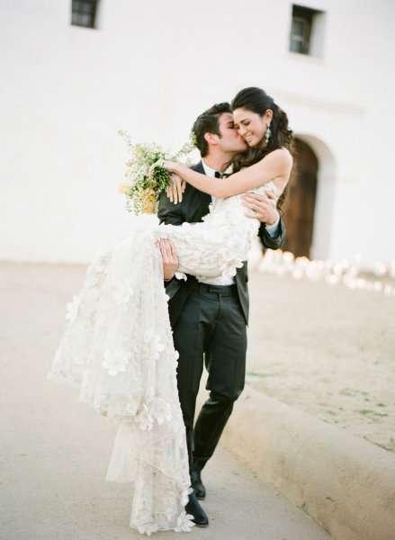 صور رومانسية زوج يحمل زوجته