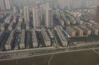 Rodovia chinesa é parcialmente bloqueada por um condomínio residencial