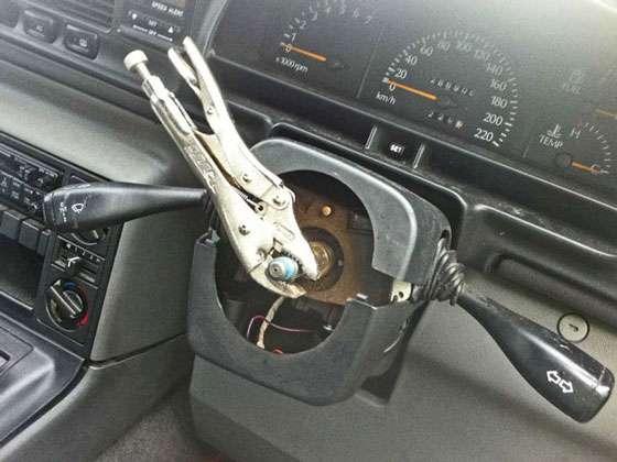 Um alicate de pressão no lugar de um volante de direção