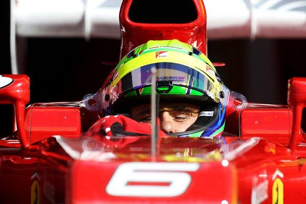 Felipe Massa dentro da Ferrari F2012 com os olhos fechados