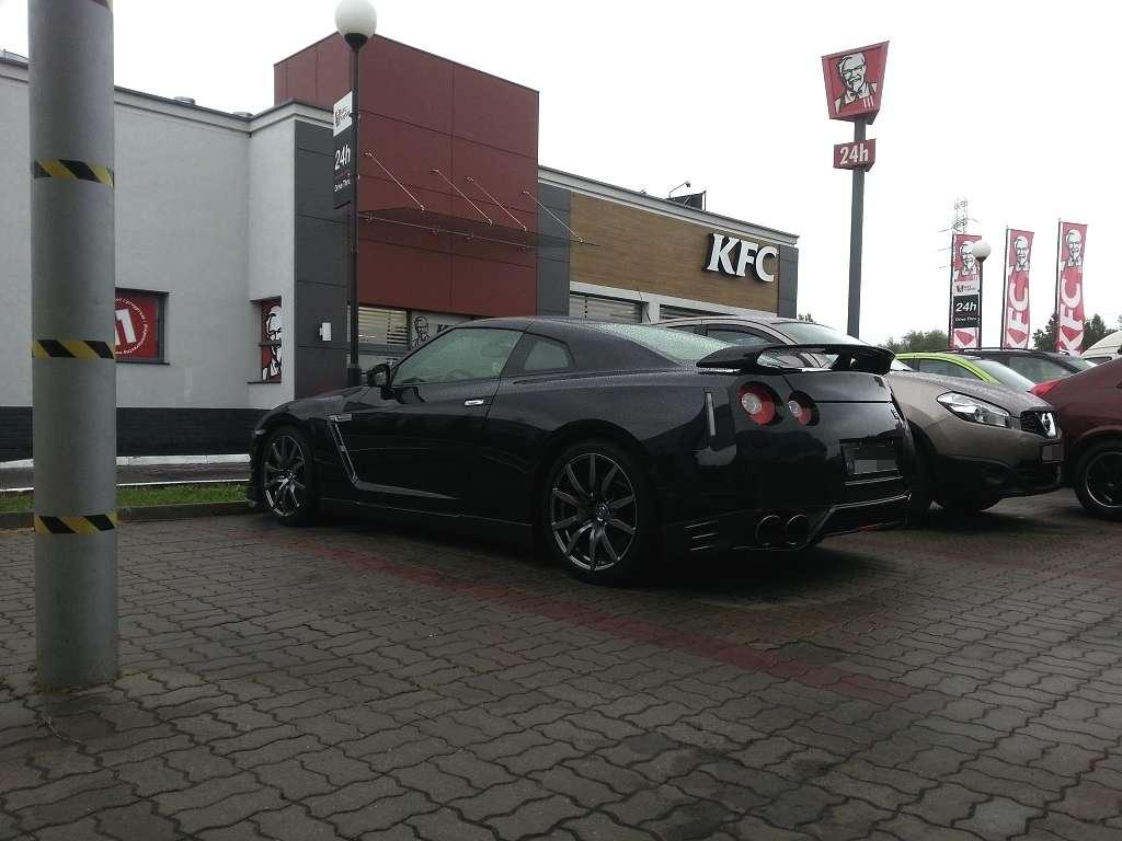 GT-R czarny bok