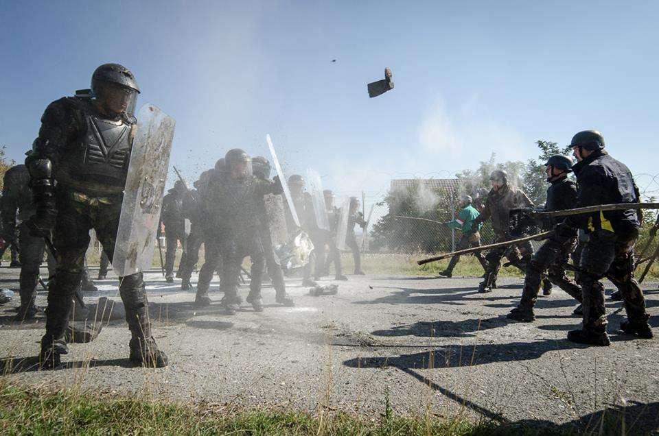 """盾牌对""""长枪"""" 看外军如何对付暴动!"""