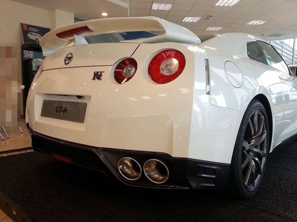 Biały GT-R tył