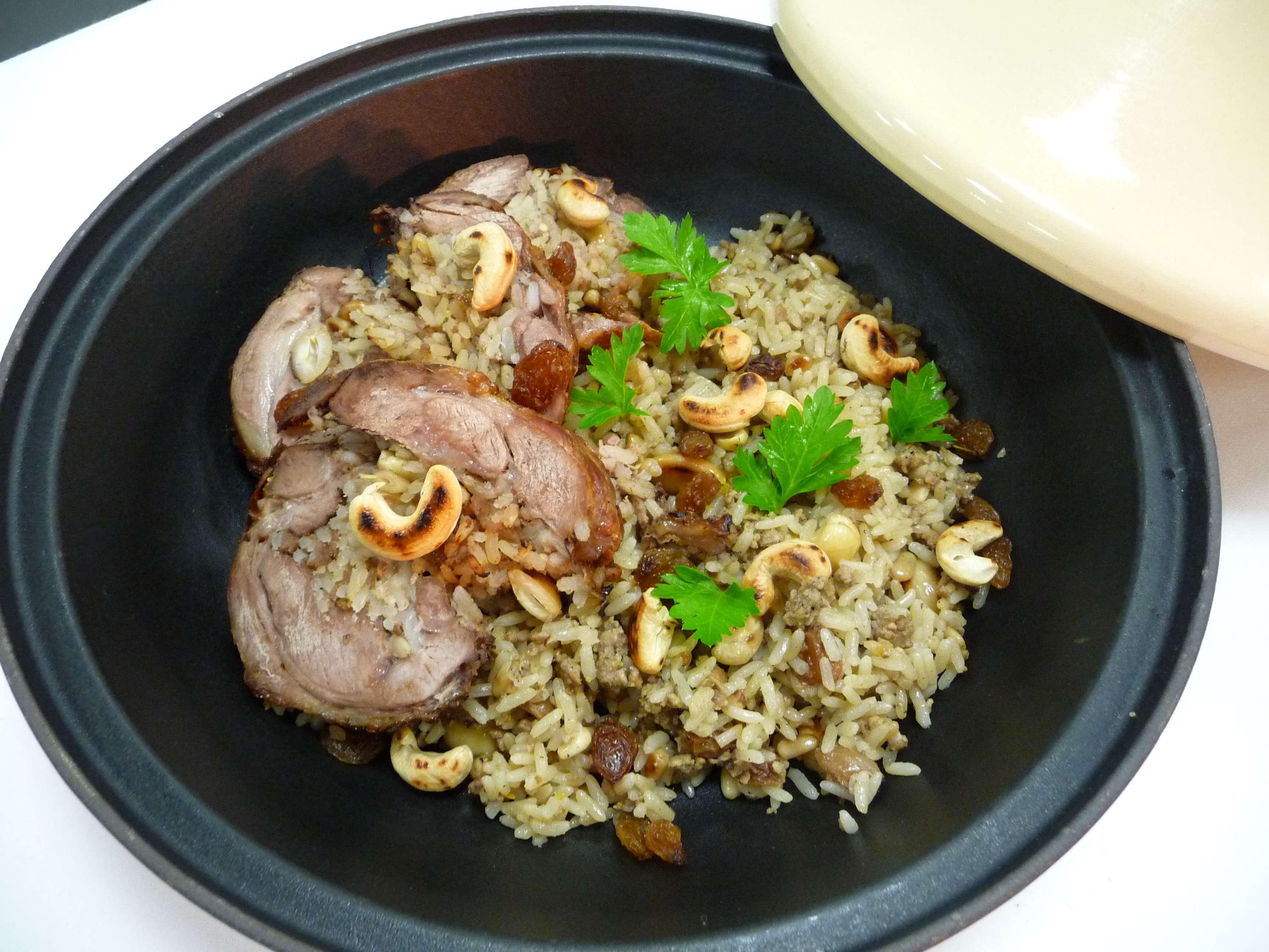 Αρνάκι γεμιστό με ρύζι μυρωδικών και κάσιους