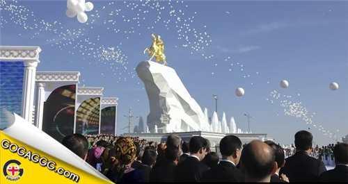 თურქმენეთის პრეზიდენტს ოქროს ძეგლი დაუდგეს