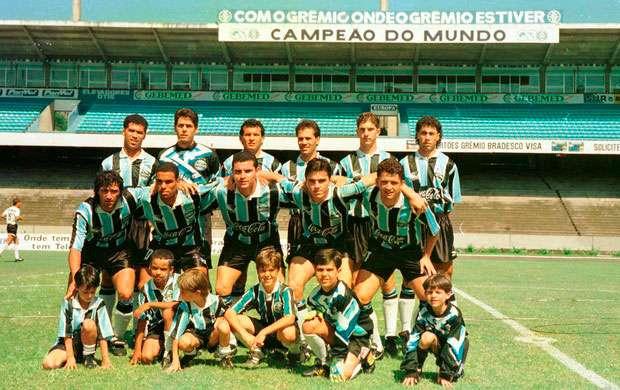 11/12/1994: quando o Grêmio jogou três partidas no mesmo dia - Em pé: Pingo, Danrlei, Agnaldo, Ayupe, Scheidt, Arilson. Sentados: Fabinho, Jé, Jamir, Jaques e Carlos Miguel, o time principal que entrou em campo diante do Santa Cruz (Foto: Luis Fernando/Agência RBS)