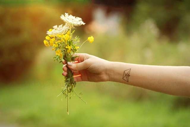 Arm mit Blumenstrauß