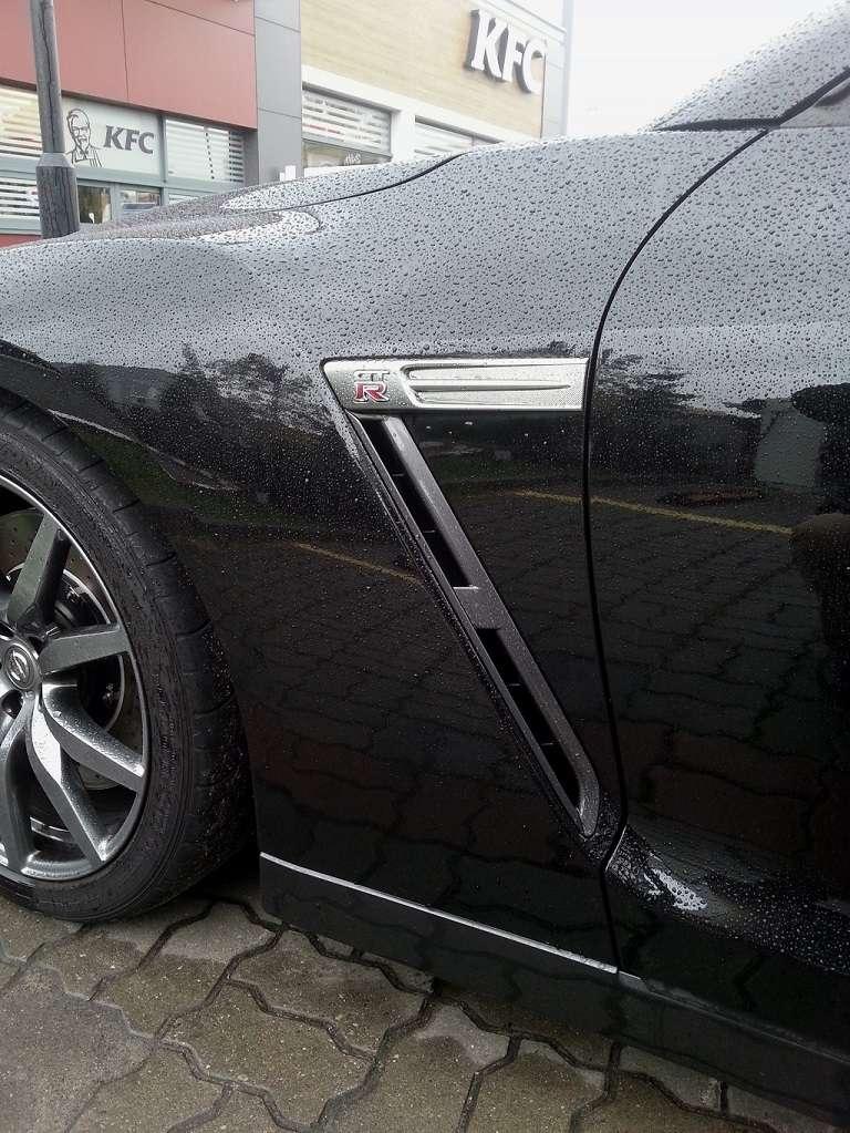 Czarny GT-R wlot