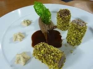 Φιλέτο από Αρνάκι καλυμμένο με Φιστίκι Αιγίνης, Φασόλια Μαυρομάτικα Πουρέ και Μους Αγκινάρας