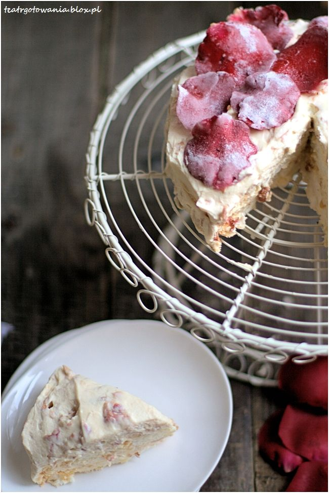 tort bezowy z kreme różanym