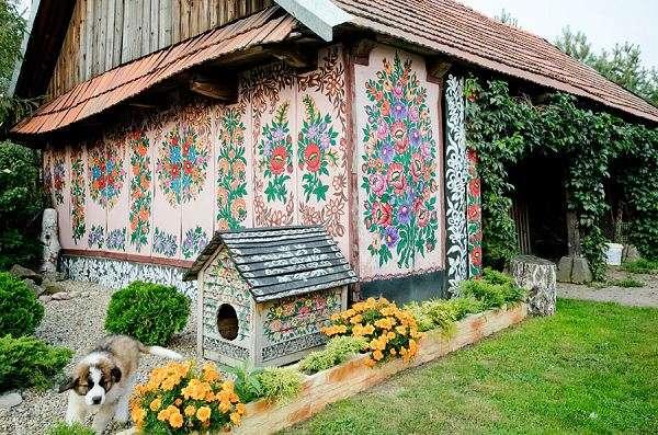 Curious places a painted village zalipie poland for Case di legno polonia