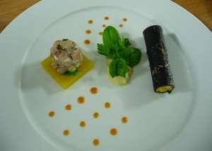 Λαυράκι Ταρτάρ σε Ζελέ Πορτοκαλιού, Κανελόνι γεμιστό με Γαρίδα, Λαυράκι και Μους Αυγολέμονου, Πουρέ Φοινόκιο και Σαλάτα Μυρωδικών