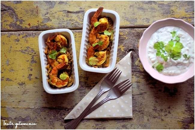 raita, krewetki z warzywami
