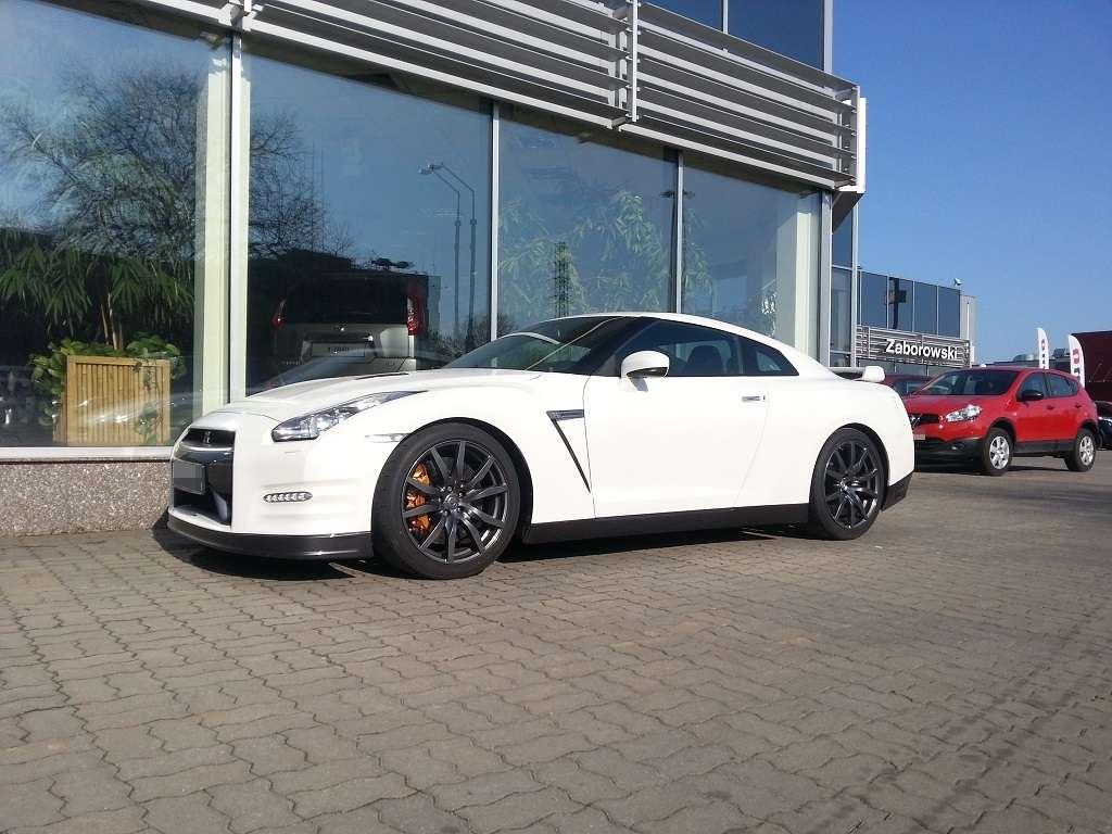 Biały GT-R