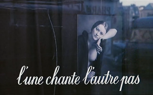 vlcsnap112815 Agnès Varda   Lune chante, lautre pas aka One Sings One Doesnt (1977)
