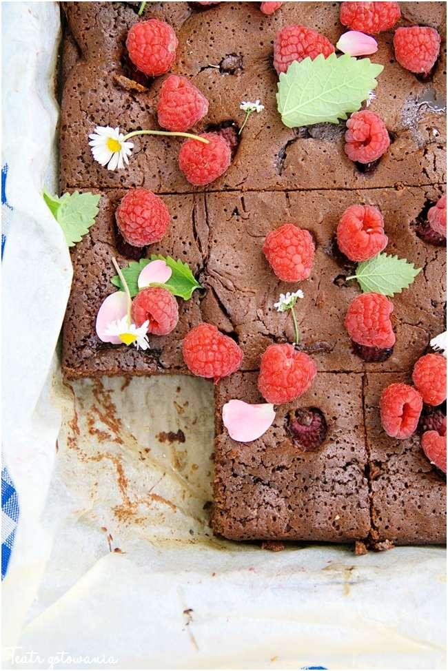 brownie z malinami i konfiturą z płatków róży