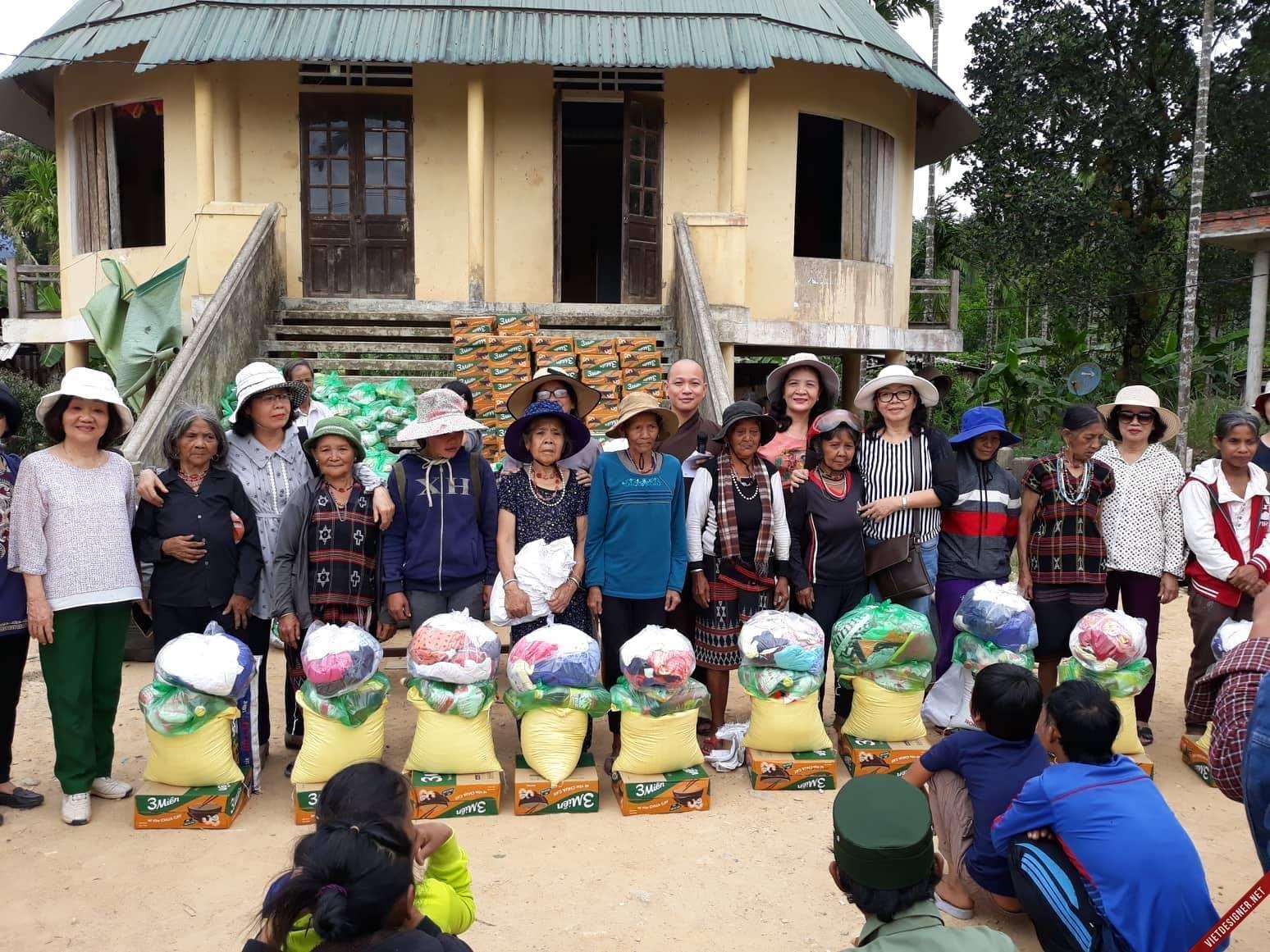Nam Đông: Giáo chức nghỉ hưu hảo tâm TP. Huế tặng quà hộ nghèo xã Thượng Long – Nam Đông