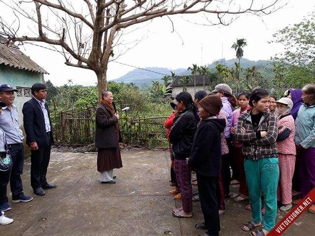 Nam Đông: Đạo hữu Phật tử Thành phố Đà Nẵng tặng quà cho người nghèo của huyện.