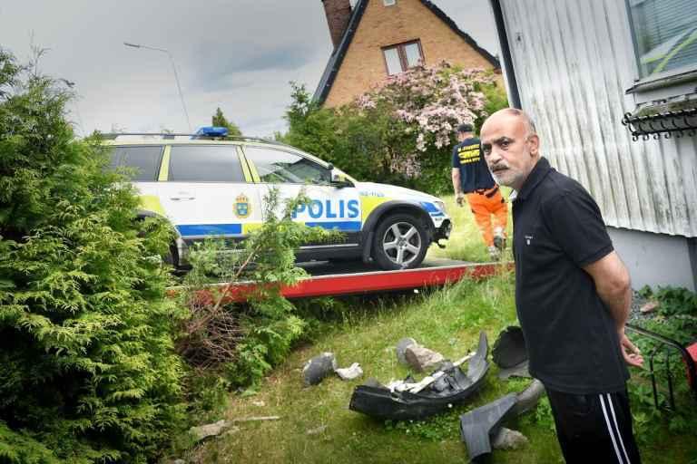 سيارة البوليس السويدية في مدينة كريستيان ستاد اثناء مطاردتها لأحد المطلوبين تهدم الجدار وتدخل احد البيوت