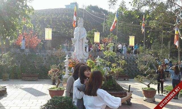 Nam Đông:Người dân đi chùa ngày đầu năm mới cầu mong bình an, tốt lành!