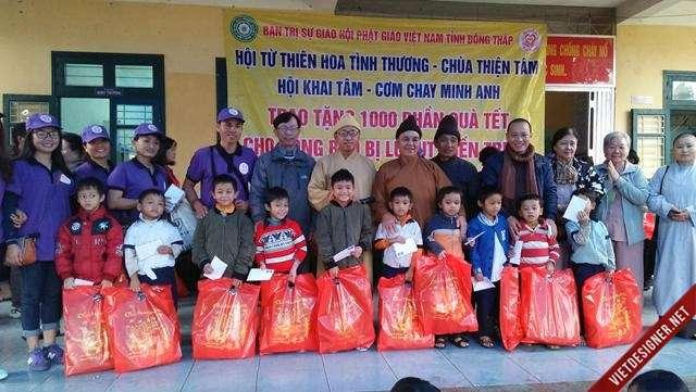 Nam Đông:Chư Tôn Đức Tăng- Ni Ban Trị Sự GHPGVN tỉnh Đồng Tháp tặng quà hộ nghèo và học sinh nghèo huyện Nam Đông