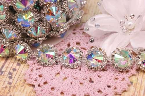 Catena strass in cristallo con cabochon tondo cangiante creare