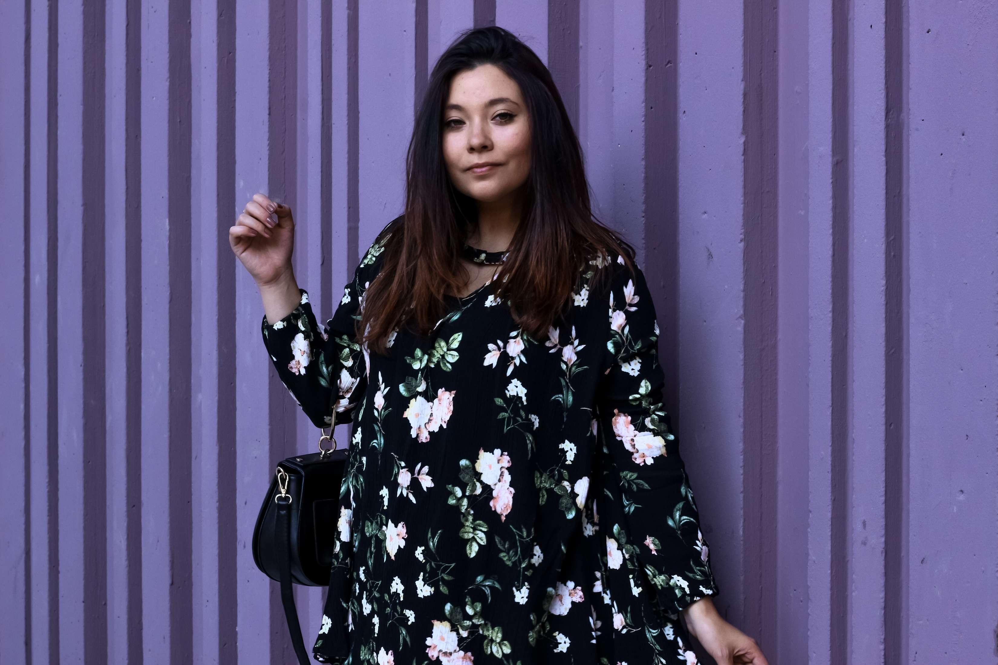 mur violet paris, mur coloré paris, blog mode, the green ananas, robe fleurs, shein, sac inspi chloé, boots inspi susana chloé, blogueuse mode, purple, boucle d'oreille xxl, beaugrenelle