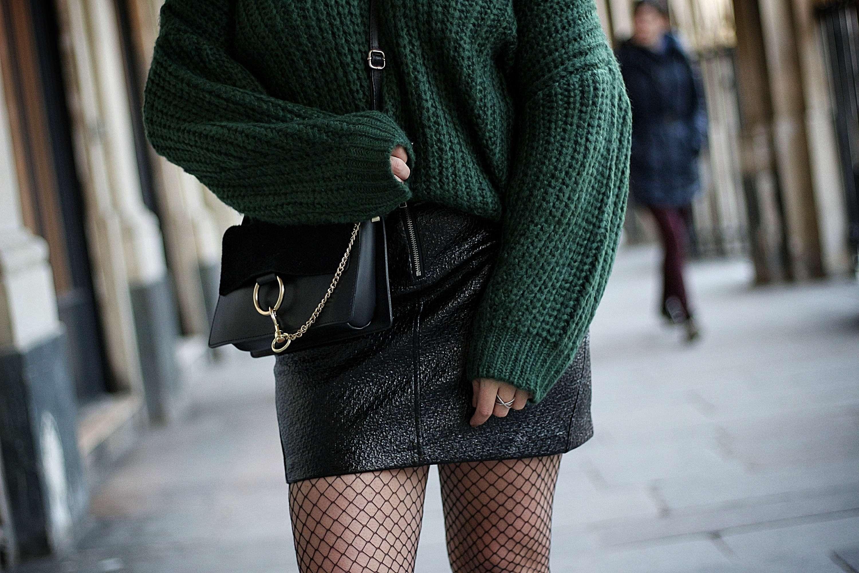 vinyle, pull vert, jupe vinyle, zara, romwe, blog mode, the green ananas, jupe femme, pull femme, manteau oversize, manteau h&m, h&m, collants résille, boots givenchy, jessica buurman, café kitsuné