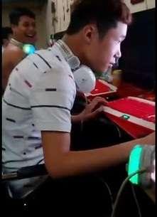 Cười bể bụng với game thủ bị troll ngoài quán nét
