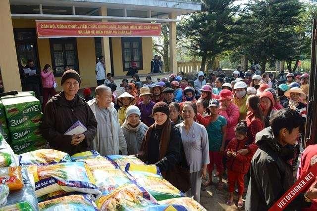 Nam Đông: Ban Từ thiện Xã hội GHPGVN tỉnh tặng quà đến bà con nghèo huyện Nam Đông.