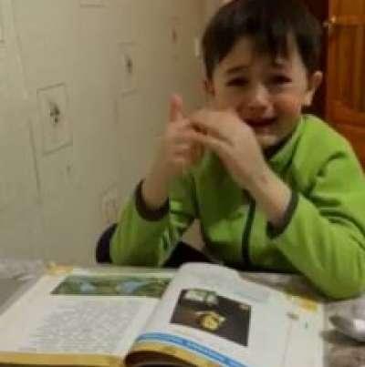 """""""ამ სულელურ ლექსს პირველკლასელებს არ უნდა ასწავლიდნენ!"""" - ბიჭუნა ცხარე ცრემლით ტირის"""