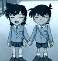 Shinichi và Ran trước lớp mẫu giáo Hoa Anh Đào.
