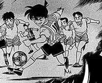 Shinichi chơi bóng đá ở trường trung học.
