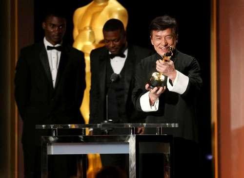 Thành Long xúc động nhận giải Oscar sau nhiều lần rơi vào cảnh nguy hiểm