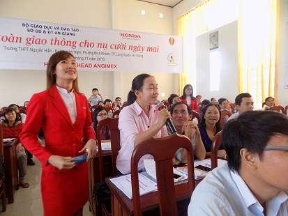 giáo viên phát biểu trong chương trình của HEAD Angimex