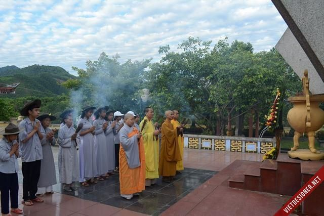 Nam Đông: Ban Trị Sự GHPGVN Huyện Nam Đông dâng hương tưởng niệm tại Nghĩa trang Liệt sĩ huyện.
