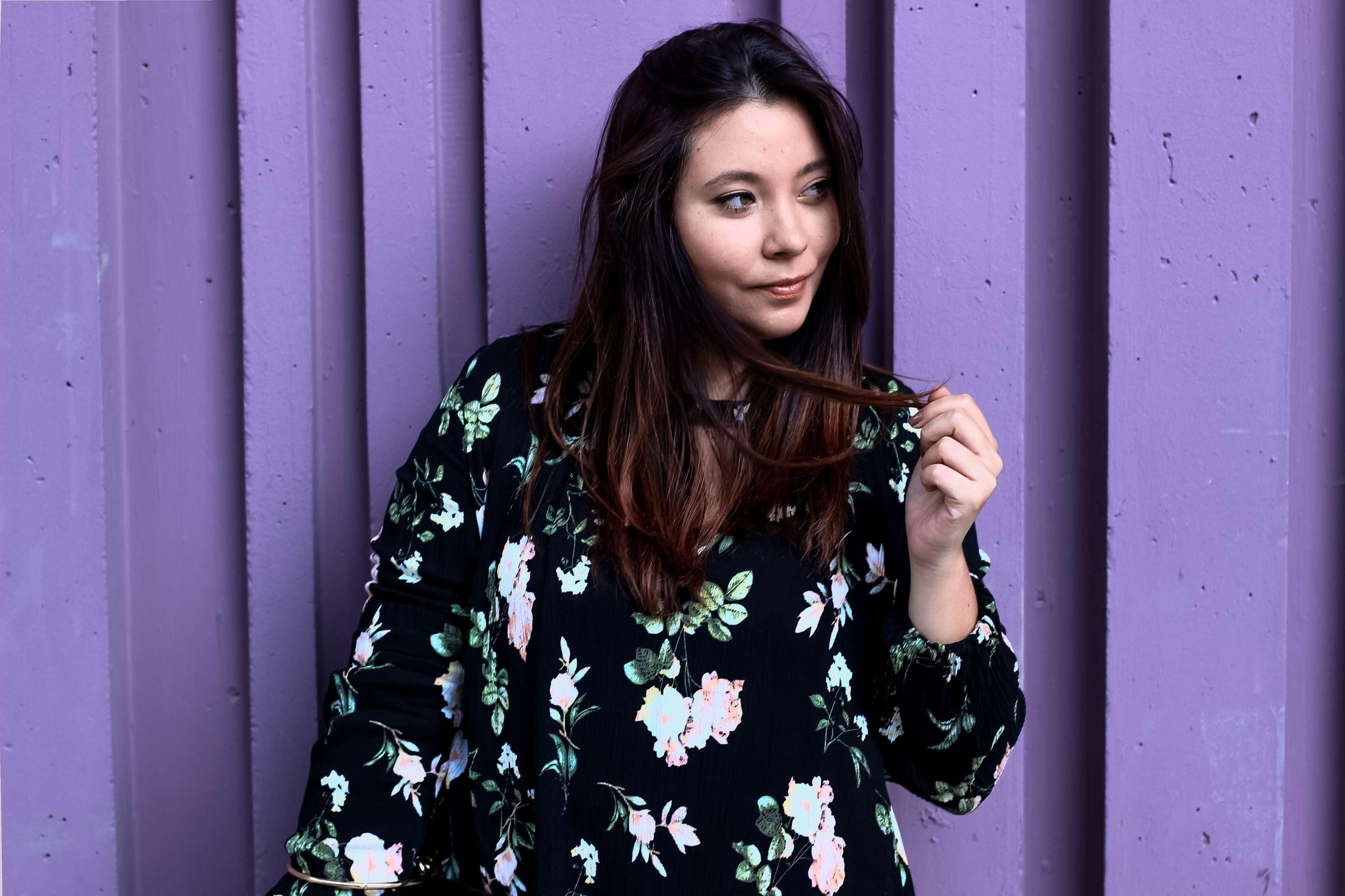 mur violet paris, mur coloré paris, blog mode, the green ananas, robe fleurs, shein, sac inspi chloé, boots inspi susana chloé, blogueuse mode, purple, bouble d'oreille xxl, beaugrenelle