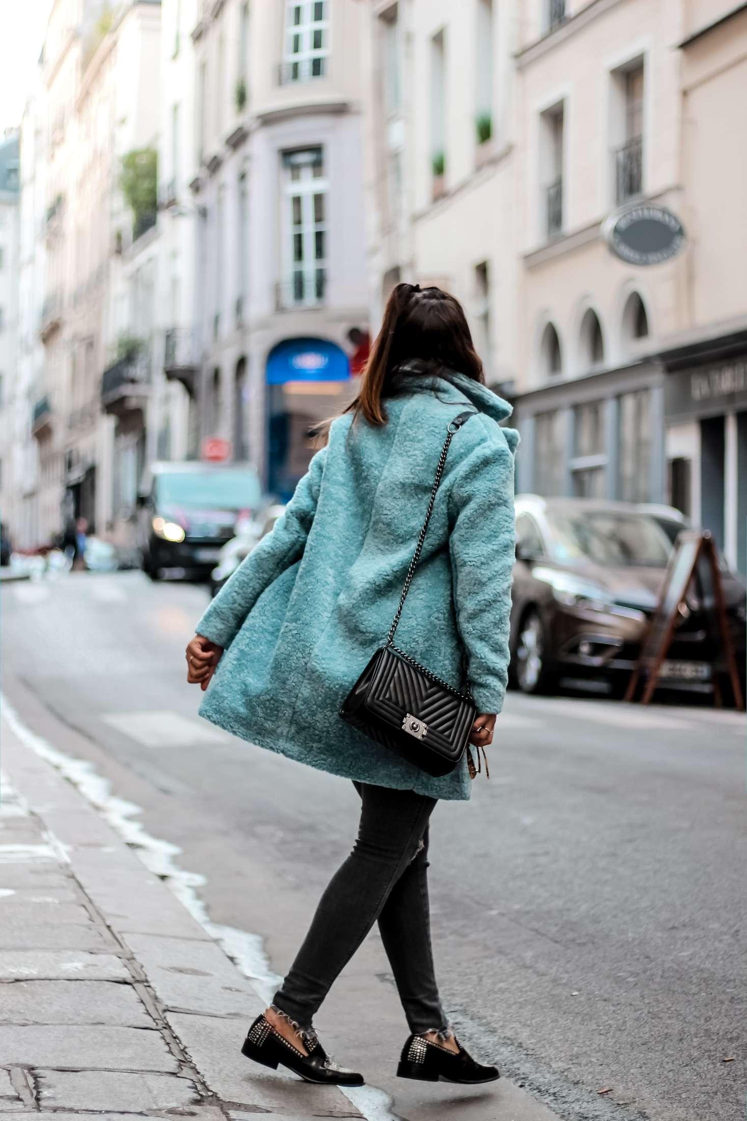 zara, h&m, manteau faux fur, manteau bleu faux fur, macassins femme, mocassins clous, sac inspi chanel, t shirt inspi gucci, the green ananas, blogueuse mode, blog mode, manteau femme, blue mood, cluse, jimmy fairly, caroline receveur