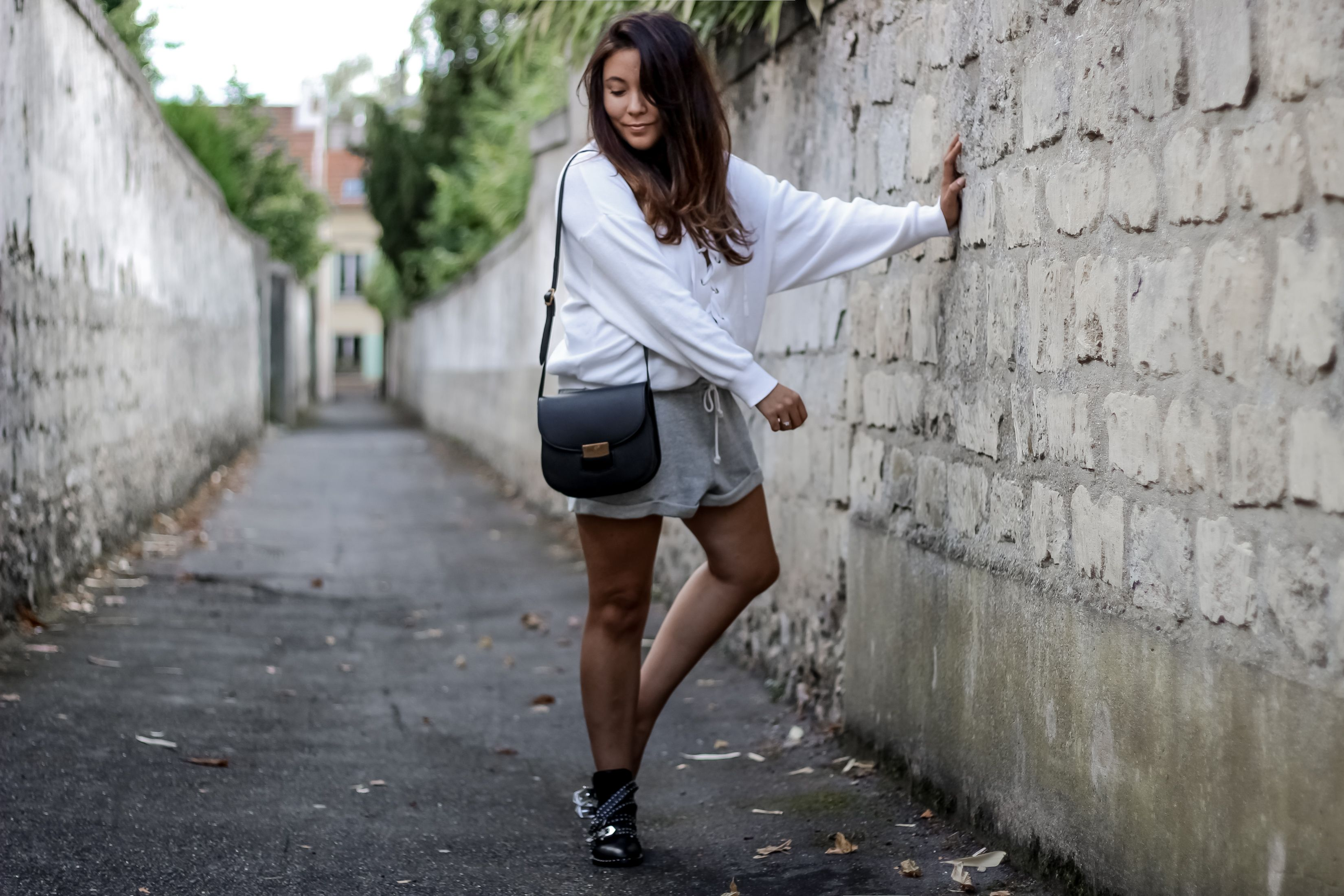 the green ananas, blog mode, blogueuse mode, blogger, pull lacet, pull and bear, lace up, short molleton, h&m, boots boucles, boots givenchy, cool