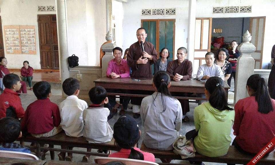 Nam Đông: Trung tâm hỗ trợ Cộng đồng Hải Đức, Thành phố Huế tặng quà các học sinh - đoàn sinh GĐPT huyện.