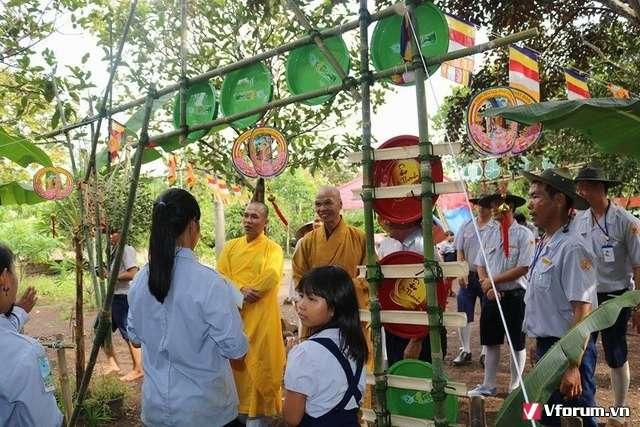 Chư Tôn Thiền Đức thăm quan trại sinh