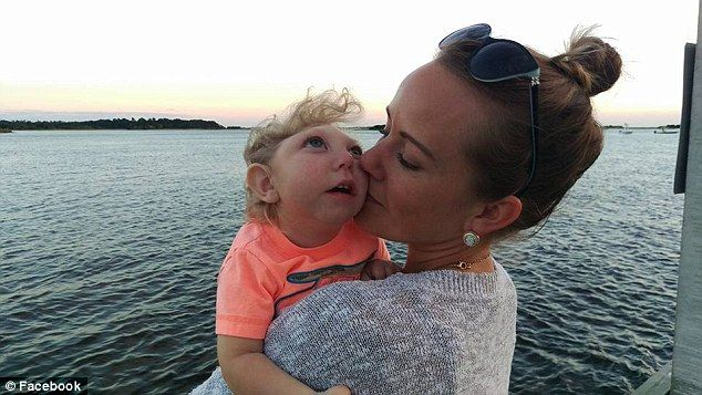 브리트니 Buell가 있기 때문에 그녀의 소년 그녀의 임신을 생존하는 방법을 가능성이 작은의 낙태를 가질 의사가 조언했다 있었다