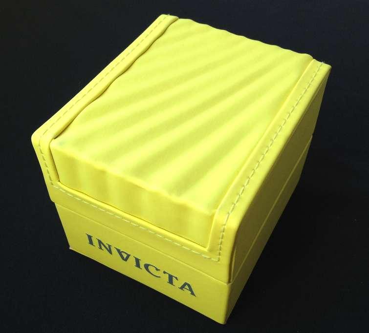 Die typische Invicta-Uhrenbox mit Muschelkontur auf dem Deckel