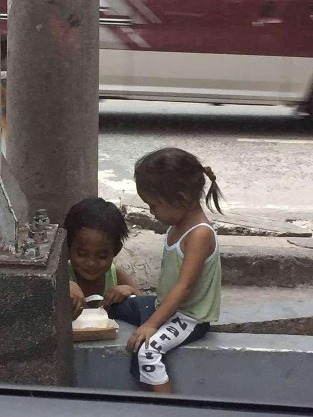 길에서 구걸하는 아이에게 돈을 주자 도시락을 사서 여동생에게 먹이는 어린 오빠