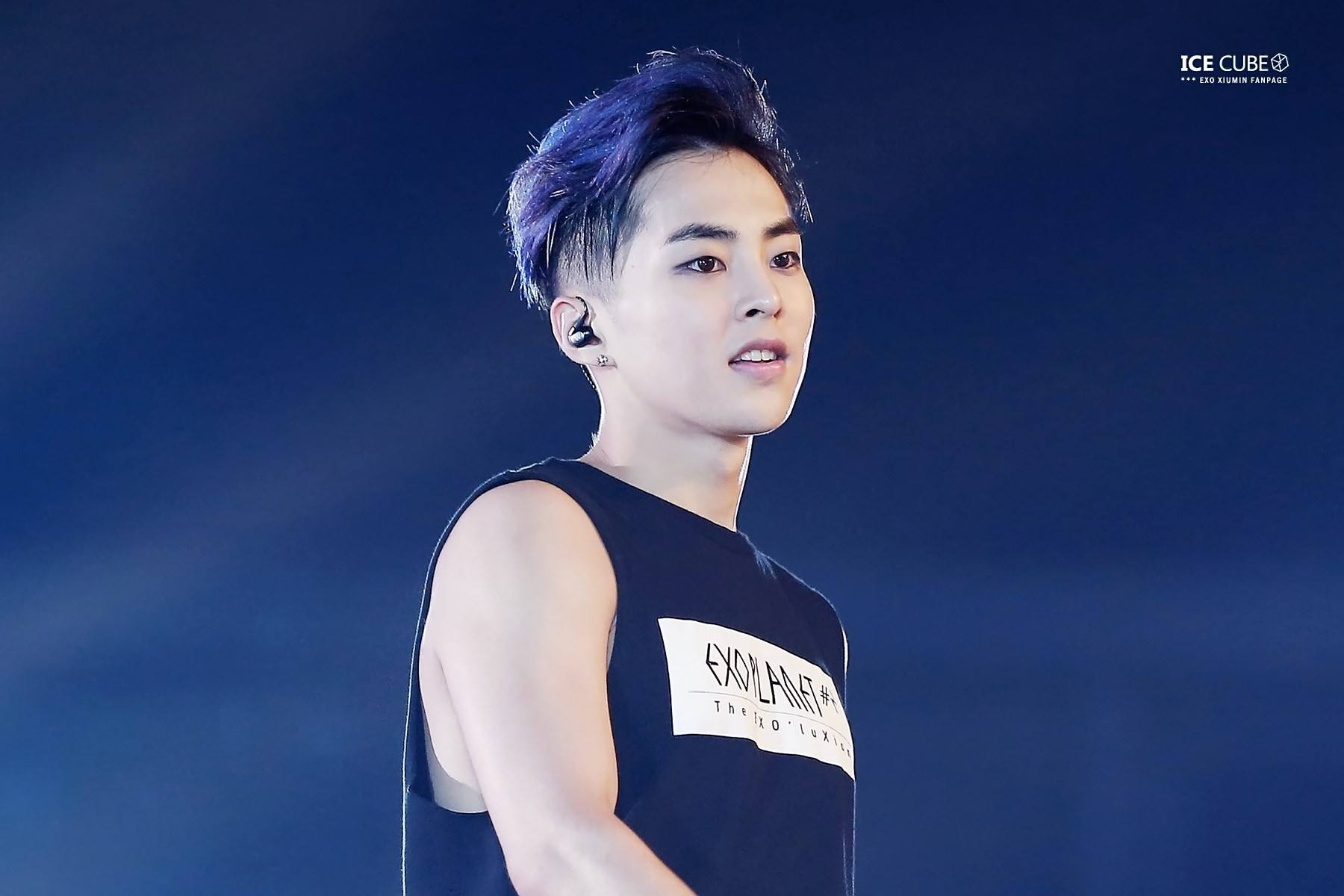 Anti-fan spotted throwing water bottle at EXO Xiumin during concert [video]