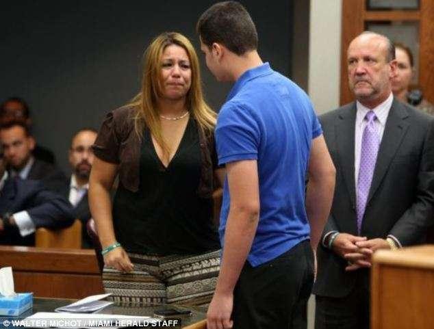 감정적 : 그녀는 그들이 2012 년에 총 연주로 실수 일 법원에, 그녀의 딸 사살 Jordyn 하우 향해 산책으로 어머니 ADY 구즈 - 헤수스의 흐느낌 슬픔