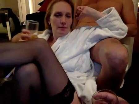 Сексвайф Леся бухает с мужем и другом |
