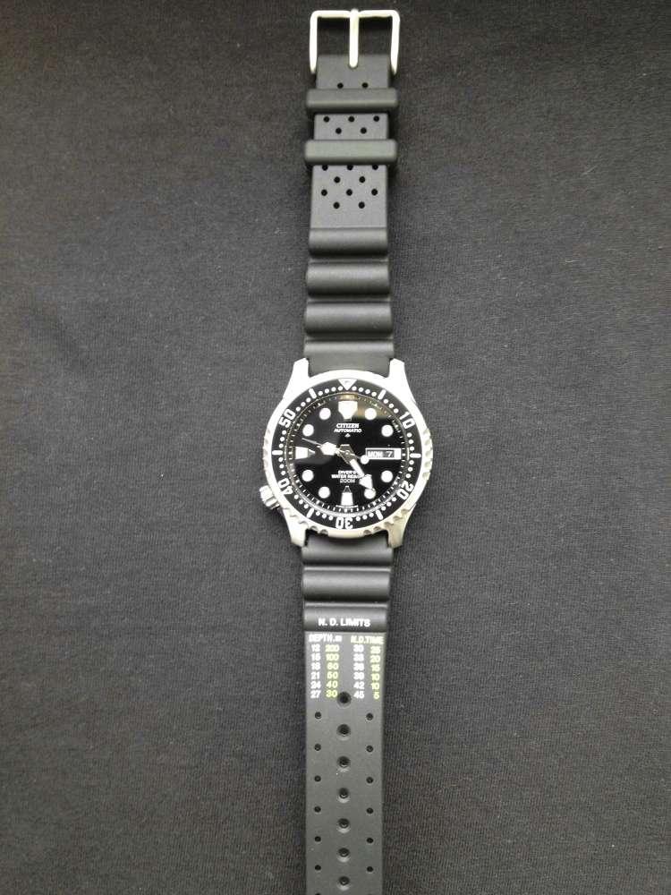 Das Kautschuk-Armband mit Dekompressionstabelle