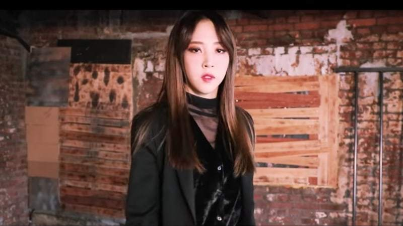 "Watch: MAMAMOO's Moonbyul Shares Performance Video Of Her Solo Track ""Worthless"""