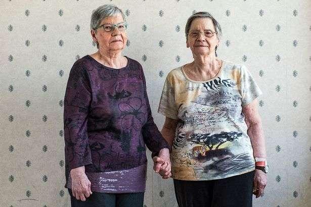 태어나자마자 '10년'간 전시됐던 다섯 쌍둥이 자매